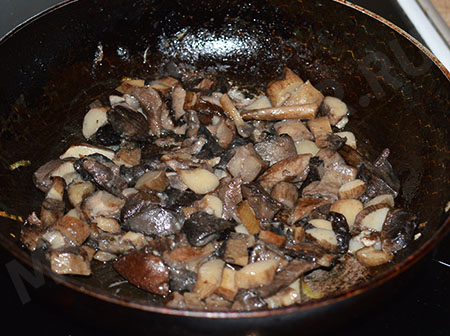 салат с курицей, фасолью и грибами