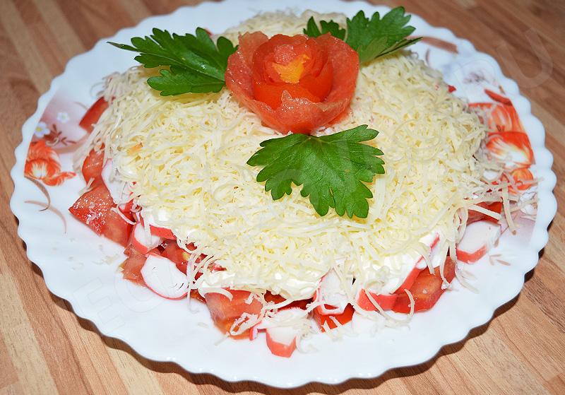 Крабовый салат с помидорами и сыром